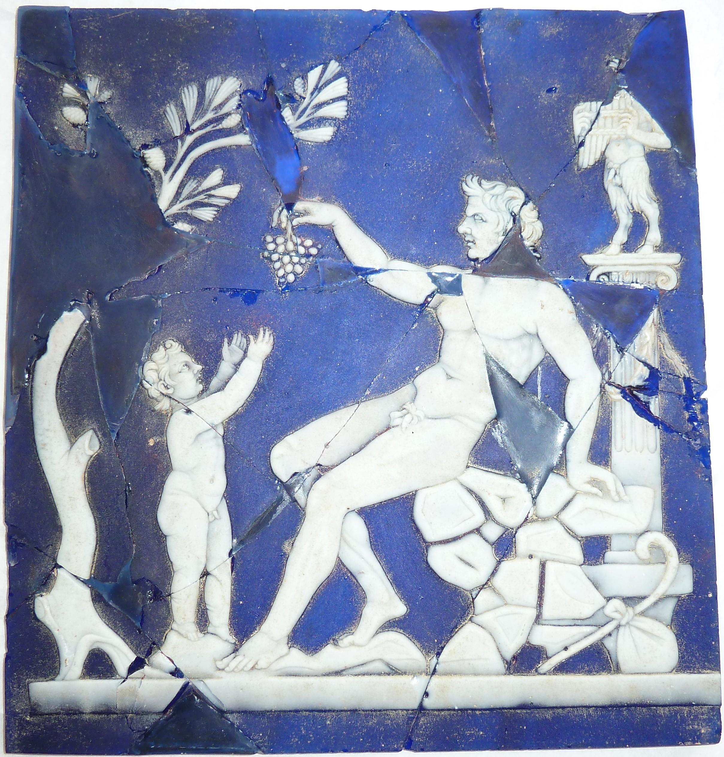 Anonyme - Plaque en verre-camée : satyre tendant une grappe de raisin à Dionysos
