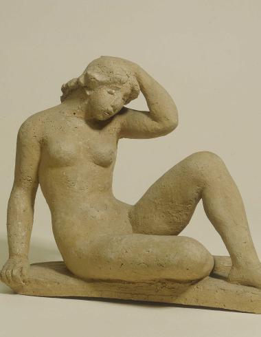 Femme nue assise, la main gauche sur la tête.