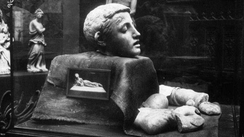 Un fragment de la statue de Tarcisius, martyr chrétien, marbre original de Falguière
