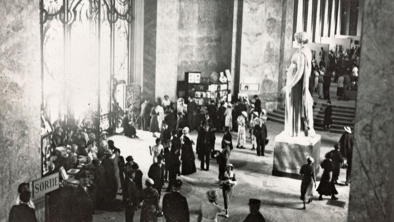 Hall d'entrée avec la Muse Melpomène du Louvre