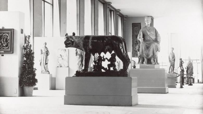 Une reproduction de la Louve du Capitole accueille les visiteurs de l'exposition
