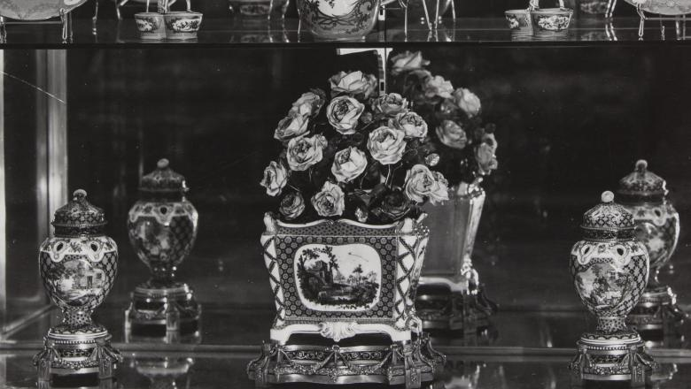 Vitrine de porcelaines de Sèvres en 1930