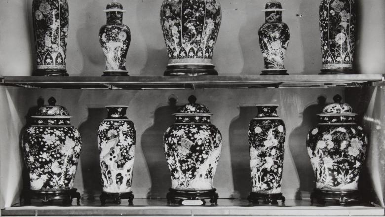 Vitrine de porcelaines de Chine en 1930